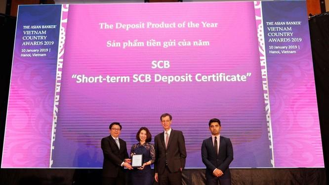 Bà Trần Thị Minh Thảo – Giám đốc Khối Ngân hàng Bán lẻ đại diện SCB nhận giải thưởng từ Ban tổ chức