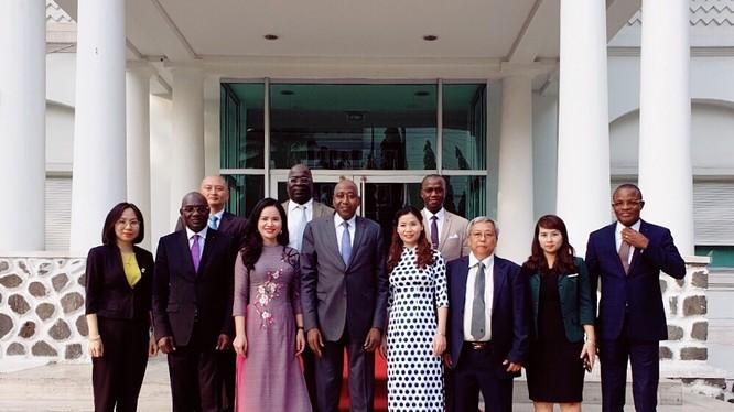Tổng Giám đốc Hội đồng Bông và Điều Bờ Biển Ngà Coulibaly và Phó Tổng Giám đốc Tập đoàn T&T Group Nguyễn Thị Thanh Bình ký kết thỏa thuận hợp tác chiến lược tại Abidjan vào tháng 12/2018