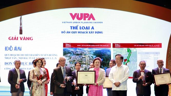 Bà Nguyễn Thị Nga và Ông Lê Hữu Báu - Lãnh đạo Tập đoàn BRG nhận giải Vàng đồ án quy hoạch xây dựng.