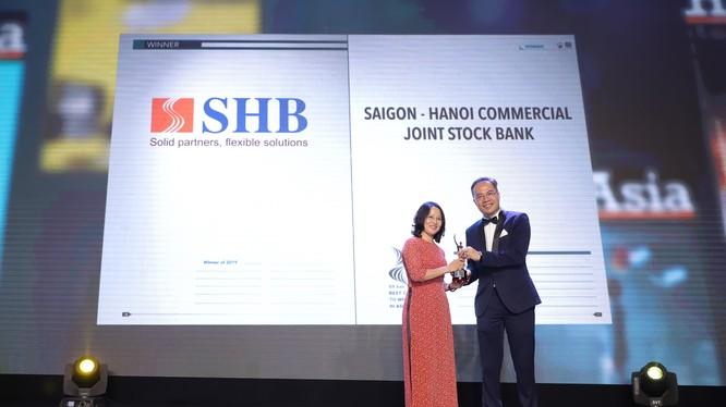 Bà Hà Thị Lam, Giám đốc Ban Nghiên cứu và Phát triển SHB nhận giải.