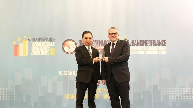 Đại diện lãnh đạo HDBank Ông Trần Hoài Phương – phó giám đốc Khối KHDN nhận giải thưởng từ BTC