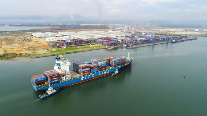 Tàu SITC HEBEI cập cảng Chu Lai có chiều dài 172m, rộng 27.6m, đang vận chuyển hàng của Công ty Cổ phần Thép Hòa Phát