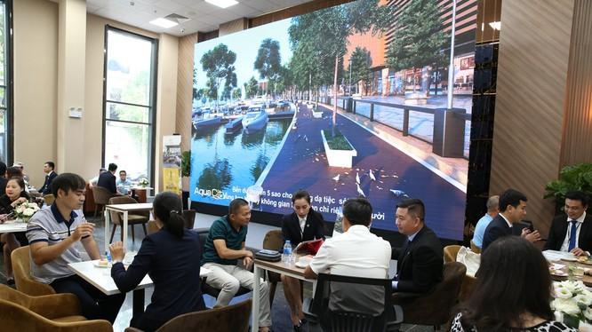 Giới đầu tư và người dân Hà Nội tới tìm hiểu thông tin về dự án Aqua City
