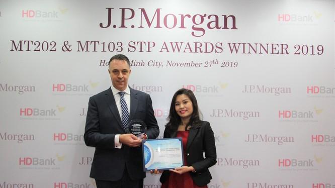 Bà Trần Thu Hương – Phụ trách Khối Vận hành đại diện HDBank nhận giải từ Ông Jason Clinton – Giám đốc Vùng Đông Nam Á và Australia đại diện Ngân hàng J.P Morgan trao tặng.
