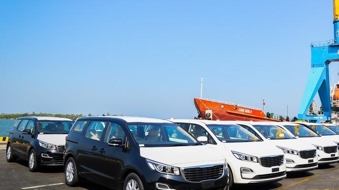 Lô xe Kia Grand Carnival được đưa vô container tại Khu công nghiệp THACO Chu Lai (Quảng Nam) để xuất khẩu sang Thái Lan.