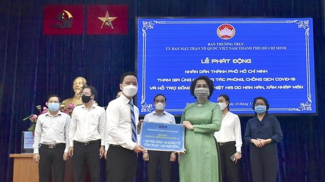 Chủ tịch HĐQT SCB trao tặng 1,3 tỷ đồng cho MTTQ