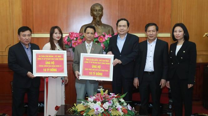 Đại diện Công ty Golf Long Thành trao tặng số tiền 20 tỷ đồng.