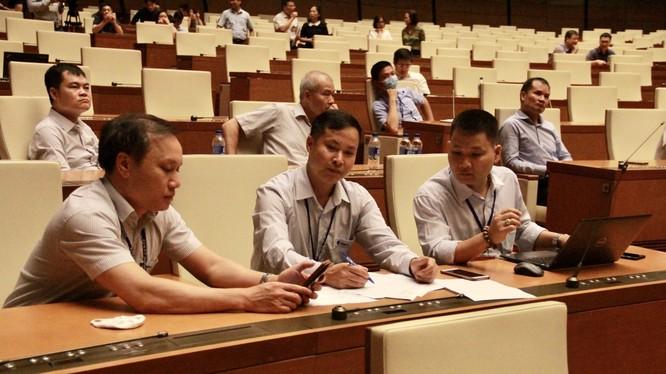 Các kỹ sư của VNPT đang tích cực trao đổi các phương án kỹ thuật nhằm triển khai hội nghị truyền hình Trực tuyến phục vụ kỳ họp.