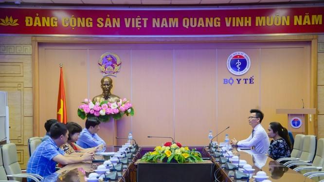 Ông Nguyễn Thanh Long – Quyền Bộ trưởng Bộ Y tế tiếp Lãnh đạo Tập đoàn Ecopark trong buổi lễ tiếp nhận hỗ trợ Bệnh viện C Đà Nẵng số tiền 3 tỷ đồng.