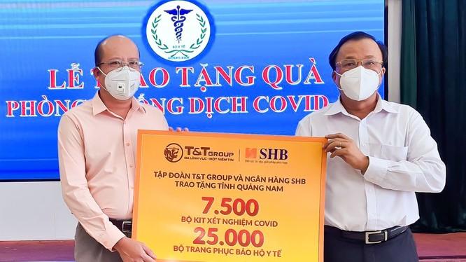 Đại diện Tập đoàn T&T Group và Ngân hàng SHB trao tặng các thiết bị y tế/ sinh phẩm cho Ts. Bs. Mai Văn Mười, Phó Giám đốc Sở Y tế tỉnh Quảng Nam
