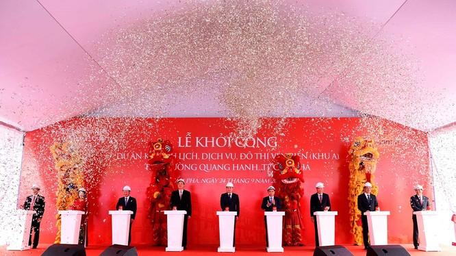 Các đại biểu bấm nút khởi công Khu A - Dự án khu du lịch, dịch vụ, đô thị ven biển Quang Hanh, TP Cẩm Phả, Quảng Ninh
