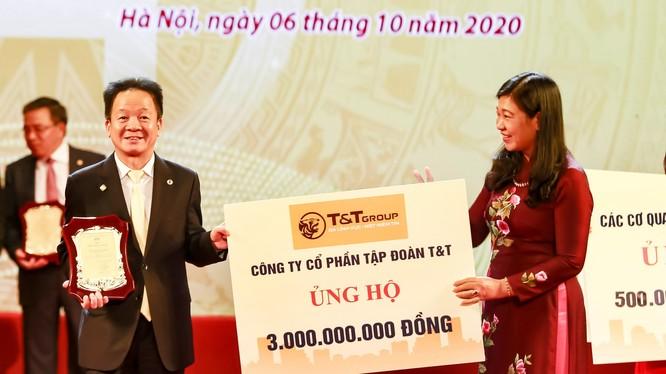 Chủ tịch HĐQT kiêm TGĐ Tập đoàn T&T Group - Ông Đỗ Quang Hiển trao ủng hộ Quỹ Vì người nghèo của thành phố Hà Nội