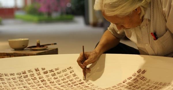 """Đĩa gốm 1.000 chữ """"Long"""" viết bằng thư pháp - một kiệt tác mang nét văn hóa truyền thống của thủ công mỹ nghệ Việt Nam"""