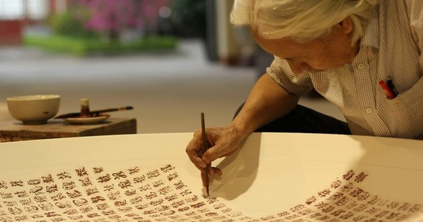 Ông Lê Thiên Lý viết 1.000 chữ Long bằng thư pháp trên đĩa gốm Chu Đậu