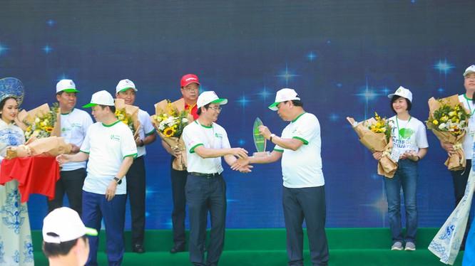 Thủ Tướng Chính Phủ Nguyễn Xuân Phúc trao kỷ niệm chương cho đại diện Tập đoàn BRG – một trong các đại sứ của chương trình
