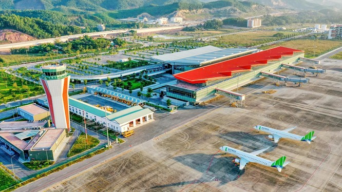 """""""Sân bay khu vực hàng đầu thế giới 2020""""; """"Sân bay có hệ thống phòng chờ thương gia hàng đầu châu Á 2020""""; """"Sân bay mới hàng đầu thế giới 2019""""... là một trong các giải thưởng uy tín được trao cho sân bay quốc tế Vân Đồn."""