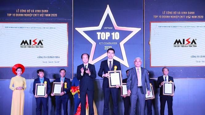 Ông Lê Hồng Quang - Phó Tổng Giám đốc thường trực MISA nhận Top 10 doanh nghiệp cung cấp nền tảng chuyển đổi số