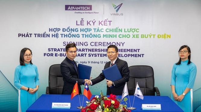 Ông Nguyễn Văn Thanh – Phó Tổng giám đốc VinBus (bên trái) và ông Đỗ Đức Hậu – Tổng giám đốc Advantech VN (bên phải) ký Hợp đồng hợp tác chiến lược phát triển hệ thống quản lý điều hành xe buýt thông minh
