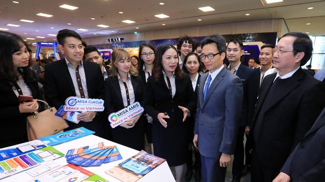 Ghé thăm gian hàng triển lãm của MISA, Phó Thủ tướng Vũ Đức Đam đã dành nhiều lời khen cho sự kiên trì và tinh thần làm sản phẩm Make in Viet Nam của MISA suốt 26 năm qua