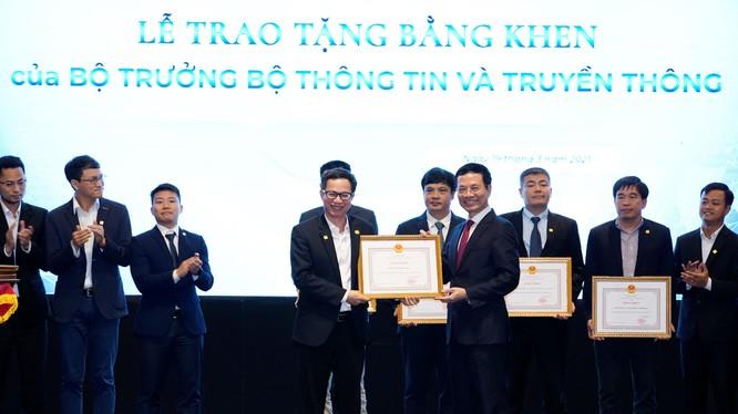 Đại diện MISA (bên trái) nhận Bằng khen từ Bộ trưởng Bộ Thông tin và Truyền thông Nguyễn Mạnh Hùng