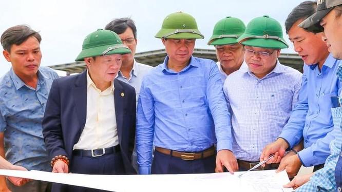 Ông Võ Văn Hưng, Chủ tịch UBND tỉnh Quảng Trị và ông Đỗ Quang Hiển, Chủ tịch Hội đồng Quản trị kiêm Tổng giám đốc Tập đoàn T&T Group đi khảo sát thực địa dự án sân bay Quảng Trị.