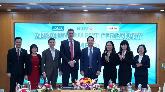 Tổng Giám đốc MISA Đinh Thị Thúy, ông Andrew Jeffries – Giám đốc Quốc gia ADB tại Việt Nam (thứ 4 từ trái sang), ông Trần Long – Phó Tổng Giám đốc BIDV cùng đại biểu của 3 đơn vị chúc mừng và kỳ vọng sự hợp tác lần này sẽ mang lại nhiều giá trị cho doanh nghiệp