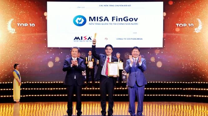 Đại diện MISA nhận Giải Top 10 Sao Khuê 2021 cho Nền tảng Quản trị tài chính Nhà nước MISA FinGov