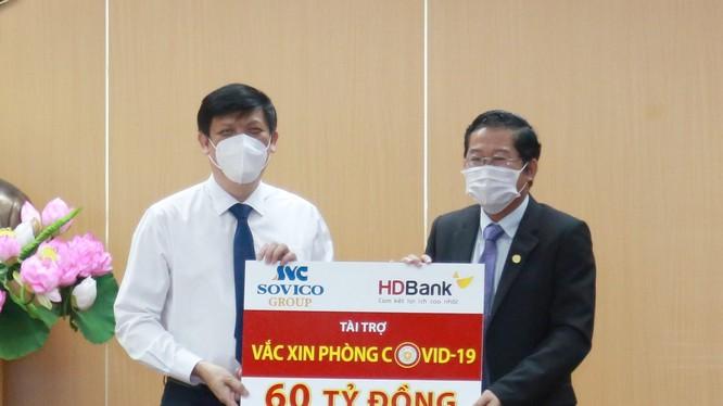 Ông Nguyễn Thanh Long - Bộ trưởng Bộ Y tế đại diện cho Bộ Y tế nhận nguồn kinh phí 60 tỷ đồng mua vaccine phòng Covid-19 do Ông Phạm Quốc Thanh – Tổng Giám đốc HDBank đại diện HDBank và Sovico trao tặng