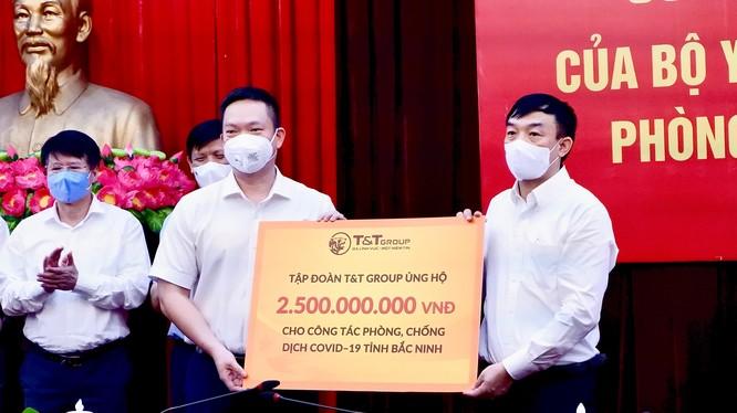 Đại diện Tập đoàn T&T Group trao ủng hộ tỉnh Bắc Ninh