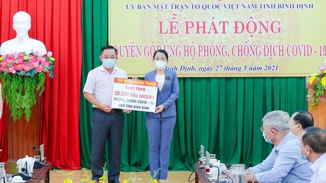 Ông Nguyễn Hữu Sang – Đại diện Tập đoàn Hưng Thịnh trao tặng 50.000 liều vắc-xin phòng, chống Covid-19 cho tỉnh Bình Định
