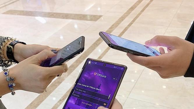 Chỉ với chiếc smartphone, những người trẻ vẫn có thể trải nghiệm một cuộc sống đủ đầy, vẫn làm việc hết mình và vui chơi thỏa thích mà không cần sở hữu quá nhiều, không phải lỉnh kỉnh trong tay nào ví, nào thẻ, nào tiền mặt.