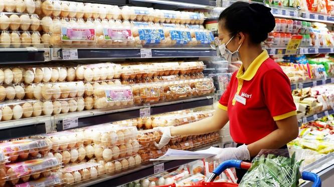 Phải tiếp xúc với nhiều lượt khách hàng, nhân viên siêu thị trở thành đối tượng có nguy cơ cao bị lây nhiễm Covid-19