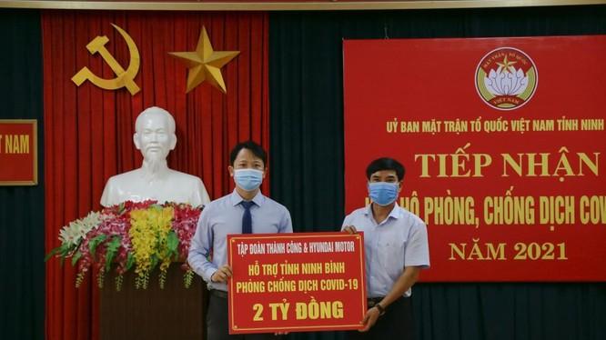 Đại diện Tập đoàn Thành Công & Hyundai Motor trao ủng hộ MTTQVN tỉnh Ninh Bình