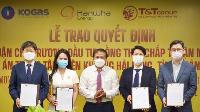 Ông Phạm Ngọc Minh, Trưởng ban Quản lý Khu kinh tế tỉnh Quảng Trị trao Quyết định chủ trương đầu tư đồng thời chấp thuận nhà đầu tư dự án Trung tâm điện khí LNG Hải Lăng, tỉnh Quảng Trị - Giai đoạn I (1.500 MW) cho Tổ hợp các nhà đầu tư.