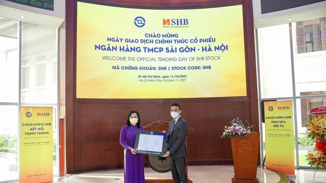 Ông Lê Hải Trà – Tổng Giám đốc HOSE trao Thông báo chuyển giao dịch cho bà Ngô Thu Hà, Phó Tổng Giám đốc SHB