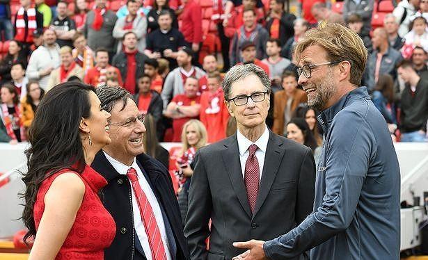 Tỷ phú John W Henry (giữa) là người đưa HLV Jurgen Klopp về sân Anfield để thay thế Brendan Rodgers (ảnh CLB)