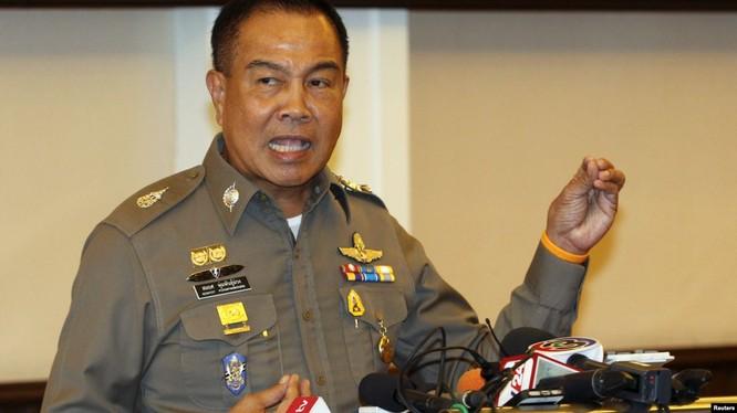Chiếc ghế của Chủ tịch FAT Somyot, cựu tướng cảnh sát Hoàng gia Thái Lan đang lung lay (ảnh CNN)