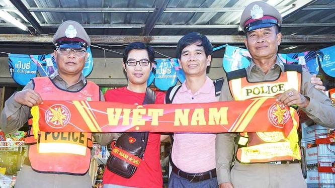 Các nhà báo VN thân thiện với cảnh sát Thái Lan (ảnh Minh Vỹ)