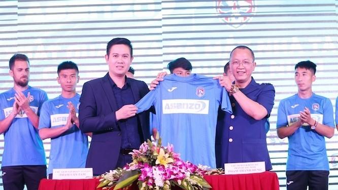 Tập đoàn điện tử Asanzo đã ký kết hợp đồng tài trợ trị giá 20 tỷ đồng cho CLB bóng đá Quảng Ninh. (ảnh Báo QN)