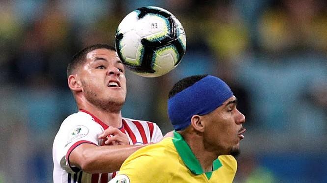 Ngoài việc thủ thành Fernandez chơi xuất sắc thì lối phòng ngự chủ động phạm lỗi của HLV Eduardo Berizzo đã có tác dụng ngăn chặn các vũ công Samba phối hợp (ảnh AP)