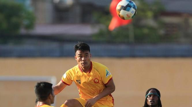 Vương Quốc Trung (19) khoác áo Thanh Hóa để chống lại chính đội bóng vừa sa thải mình (ảnh VPF)