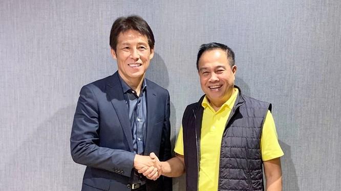 Chủ tịch FAT - Somyot (bên phải) bắt tay ông Akira Nishino - tân HLV trưởng ĐTQG và U23 Thái Lan (ảnh FAT)