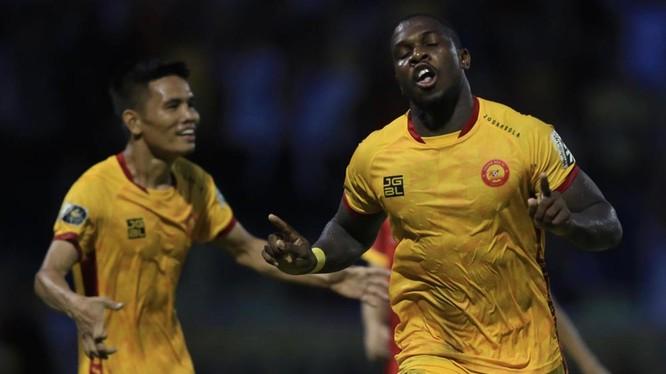 Ngoại binh Rimario đã trở thành người hùng cho đội chủ nhà Thanh Hóa khi ghi cả 2 bàn thắng. Ảnh VPF