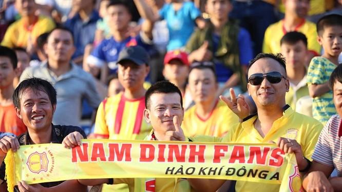 Ngoài sự cổ vũ nhiệt tình của 20.000 khán giả thì trên băng ghế kỹ thuật, anh em nhà Văn Sỹ được đánh giá cao hơn HLV Hải Biên. Ảnh VietTimes.