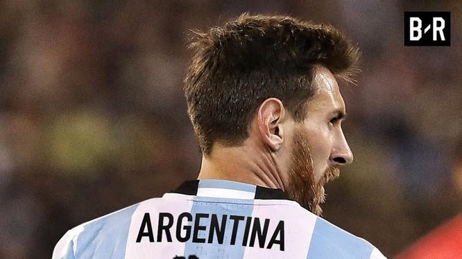 """""""Messi ném Argentina lên vai"""". Ảnh AS."""