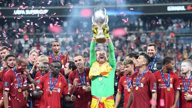 Thủ thành Adrian xuất sắc cản phá cú đá từ chân Abraham, giúp Liverpool đoạt Siêu cúp châu Âu 2019. Ảnh CNN.
