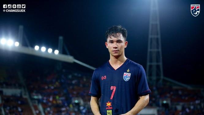 Tiền vệ 21 tuổi Supachok Sarachat đã được ban tổ chức bình chọn cho danh hiệu cầu thủ xuất sắc nhất trận đấu giữa Thái Lan và Việt Nam. Ảnh Changsuke.
