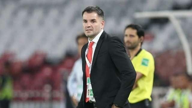 Sau trận thua Thái Lan 0-3, cổ động viên Indonesia đã nhất loạt lên tiếng yêu cầu LĐBĐ Indonesia sa thải HLV Simon McMenemy. Ảnh AP.