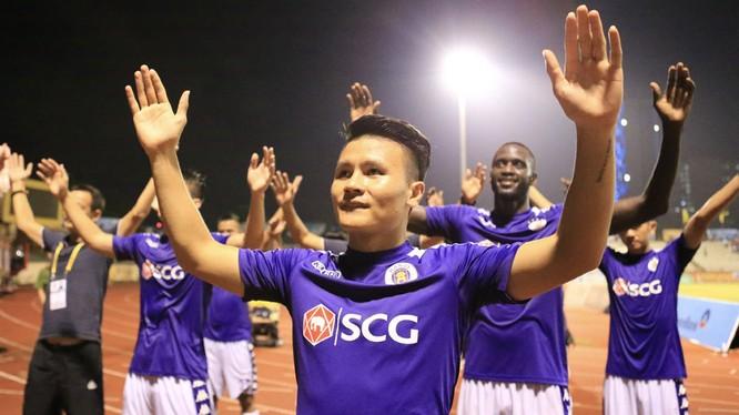 Các cầu thủ Hà Nội ăn mừng chức vô địch thứ 5. Ảnh VPF.