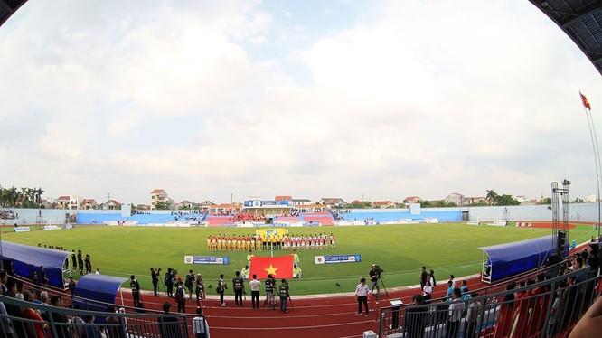 """Câu nói: """"Tiền có thể mang về cúp vô địch cho đội bóng nhưng không thể đem khán giả đến sân"""" của bầu Hiển, ông chủ Hà Nội FC một lần nữa lại đúng. Ảnh SLFC."""